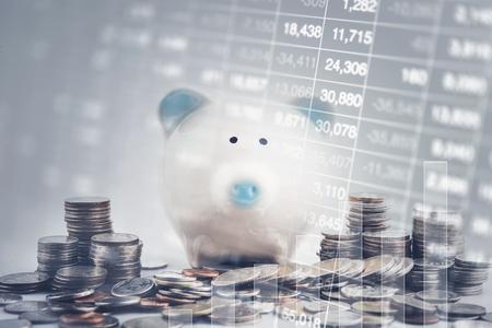 Podwójna ekspozycja wykresu, wyświetlania zapasów i surowca monet ze skarbonką. Koncepcja oszczędzania i inwestycji.