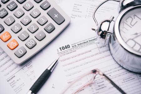 Sluit omhoog een pen met Belastingvormen 1040. het concept van de belastingstijd