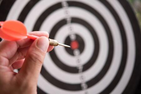 Concepto de orientación. Bullseye es un objetivo de negocios. Dart es una oportunidad y Dartboard es el objetivo y la meta. Así que ambos representan un desafío en el marketing empresarial como concepto. Foto de archivo