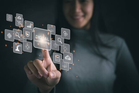 Strategie voor digitale transformatietechnologie, digitalisering en digitalisering van bedrijfsprocessen en gegevens, optimaliseren en automatiseren van operaties, klantenservicebeheer, internet en cloud computing Stockfoto