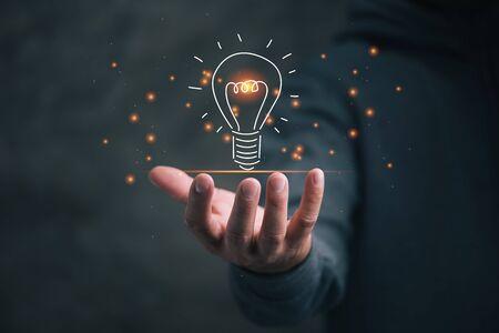 Mann mit Symbol Glühbirne, Ideenkonzept,, Präsentieren neuer Ideen.