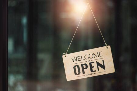 """""""Offen"""" am Café oder Restaurant hängt an der Tür am Eingang."""