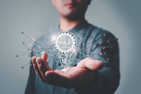 Geschäftsmann, der Glühbirne hält. Ideenkonzept mit Innovation und Inspiration Kreativität und Innovation sind der Schlüssel zum Erfolg. Konzept der neuen Idee und Innovation mit Glühbirnen. Standard-Bild