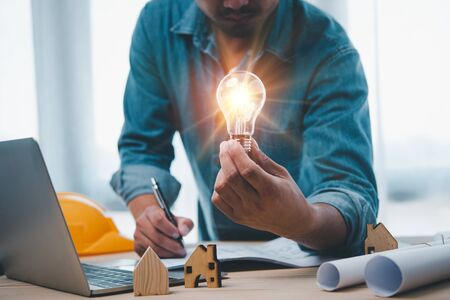 Engineers or architects is watching on light bulb for concept of construction Design Ideas .Construction and structure concept. Zdjęcie Seryjne