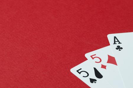 Kartenspielen. Roter Hintergrund, leerer Platz für Text Standard-Bild - 97463898