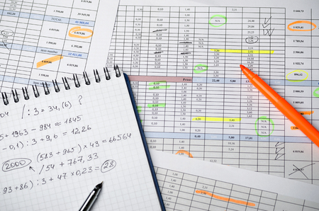 Financial tables on paper and a notebook with calculations Banque d'images - 102625843