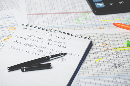 Paper notebook with accounting calculations and pen on the background of a table with numbers Banque d'images - 102592280