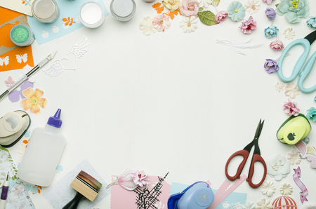 Empty white space in the center surrounded by paper flowers, multi-colored paper and scrapbooking materials. Top view Banque d'images - 104966578
