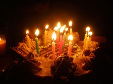 Pastel de cumpleaños y dulce vela de luz en la oscuridad Foto de archivo - 9227378