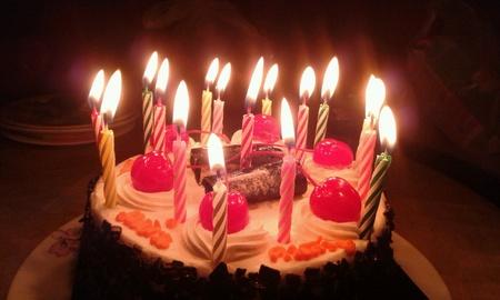 tortas de cumpleaños: Torta de cumpleaños con la cereza y la luz de las velas.
