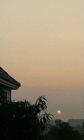 sol naciente: El sol que se levanta en la mañana Foto de archivo