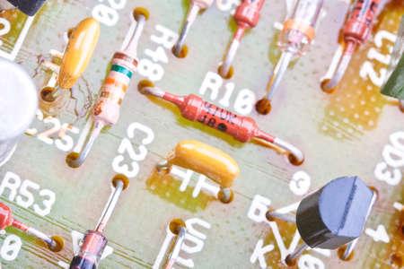 asamblea: Primer plano de los componentes electr�nicos obsoletos en un circuito impreso Foto de archivo