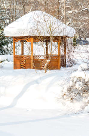 tuinhuis: Besneeuwde zomerhuis in het park in de winter