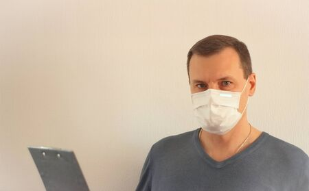 Male Employee In White Medical Mask At Work Stockfoto