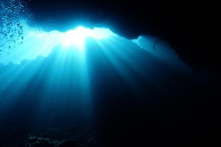 iluminados: Los rayos de sol Romper Bajo el agua, Bunaken, Indonesia