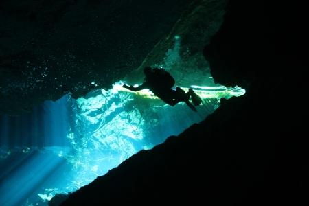 groty: Diver w Chacmool Cenote, Playa del Carmen, Meksyk Zdjęcie Seryjne