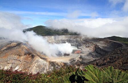 fumarole: Actividad Fumarola en el Volc�n Po�s, Alajujela, Costa Rica