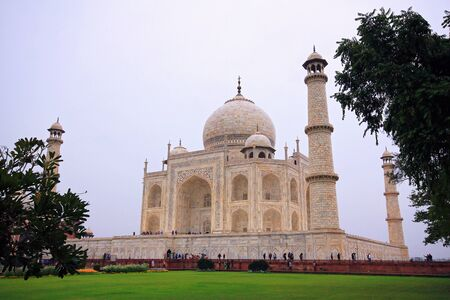 mughal architecture: Side View of the Taj Mahal Agra Uttar Pradesh India Stock Photo