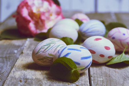 backgrounds made with camellias, green leaves and hand-painted easter eggs 免版税图像