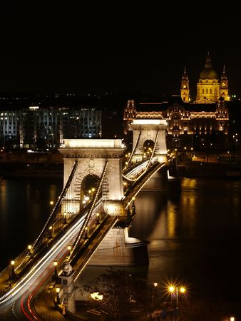 Chain bridge at night time with cars. 免版税图像