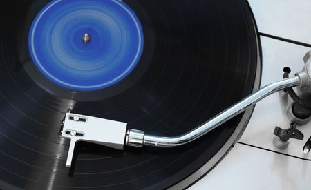 Closeup shot of spinning vinyl over a gray turntable 免版税图像