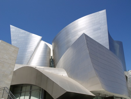 LOS ANGELES - SEPTEMBER 12  Walt Disney Concert Hall in Los Angeles, CA on September 12, 2011  The Frank Gehry-designed building opened on October 24, 2003  免版税图像 - 12690299