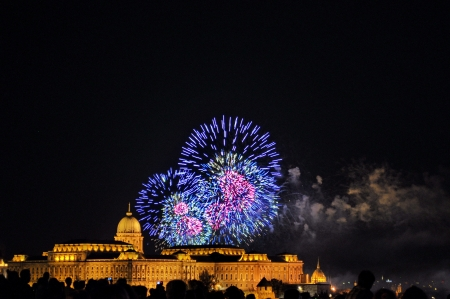 BUDAPEST - AUGUST 20  Annual fireworks on August 20, 2012  Celebration of the foundation of Hungarian nation  Budapest, Hungary, Europe 免版税图像 - 14963364