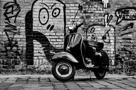 壁の前にスクーター