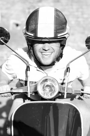 vespa piaggio: Giovane uomo su uno scooter