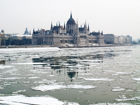 Hungarian parliament in winter 免版税图像 - 24512426