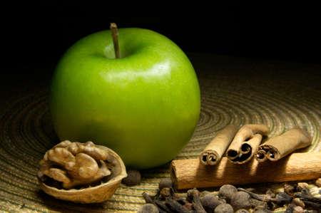 apple cinnamon: Verde mela, cannella e noce Archivio Fotografico
