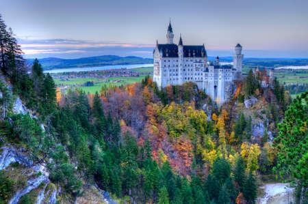 castillos: Castillo de Neuschwanstein, cerca de Munich en Alemania en un día de otoño