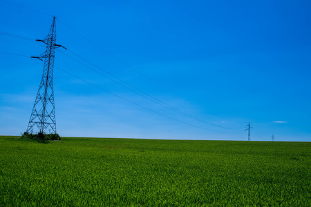 torres el�ctricas: torres de energ�a en un campo verde