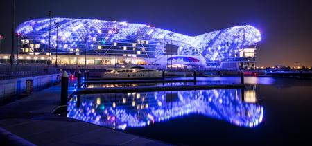 ABU DHABI, Verenigde Arabische Emiraten - 1 februari 2016: The Yas Hotel - de iconische symbool van Abu Dhabi Grand Prix in Abu Dhabi, Verenigde Arabische Emiraten.