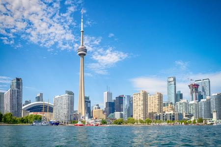 Skyline of Toronto w Kanadzie od jeziora Ontario