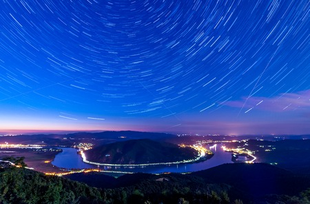 Startrails over a river bend in Hungary 免版税图像