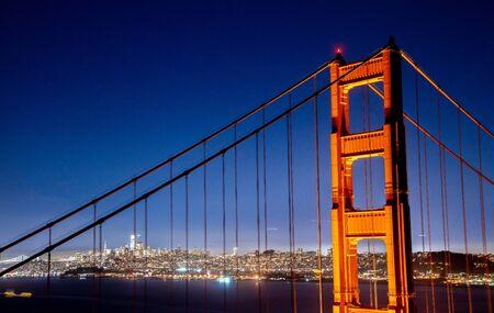 San Francisco Golden Gate Bridge und die Skyline der Stadt über der Bucht zur Blue Hour