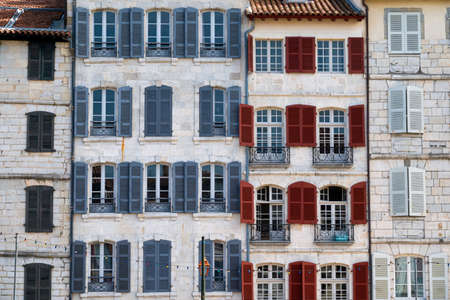 Traditional facades with colorful windows in Bayonne, Basque Country, France 免版税图像