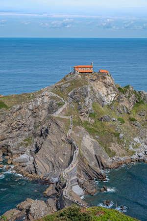 Doniene Gaztelugatxeko hermitage on top of Gaztelugatxe island, Spain 免版税图像