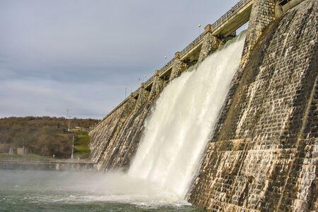alava: Un pantano lleno de agua en Alava, Espa�a