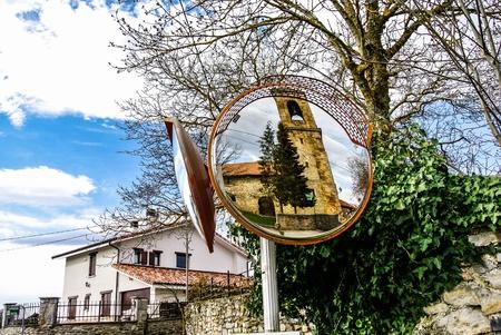 alava: Un espejo que refleja la iglesia Gopegi de Alava, Espa�a Foto de archivo