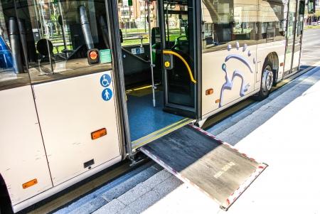 motor de carro: Un autob�s urbano con una rampa de acceso para personas con discapacidad a los beb�s en Vitoria Alava, Espa�a Foto de archivo