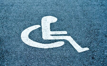 personne handicap�e: Un symbole sur la route de personne handicap�e Banque d'images