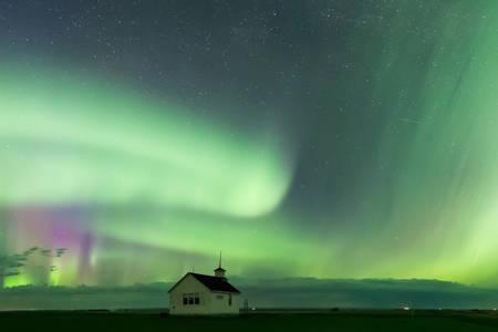 Aurora Borealis Northern Lights über der historischen North Saskatchewan Landing School, die 1914 in der Nähe von Kyle, Saskatchewan, Kanada, gegründet wurde Standard-Bild - 94109933