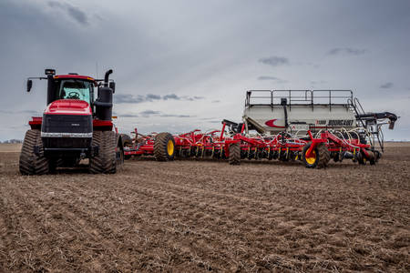 Swift Current, SK/Canada- May 4, 2019: Tractor and air drill seeding equipment in the field in Saskatchewan, Canada Stok Fotoğraf - 121921490