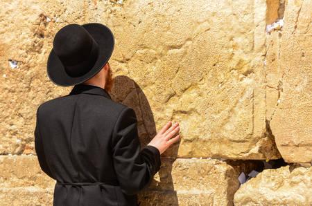 Close-up van orthodox-joodse man die bidt bij de Westelijke Muur in Jeruzalem, Israël Stockfoto