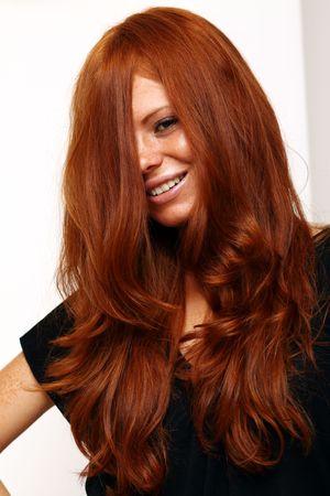 pelo rojo: Retrato de niña con el cabello rojo muy bonito