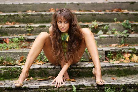 femme se deshabille: Belles jambes longtemps femelles Banque d'images