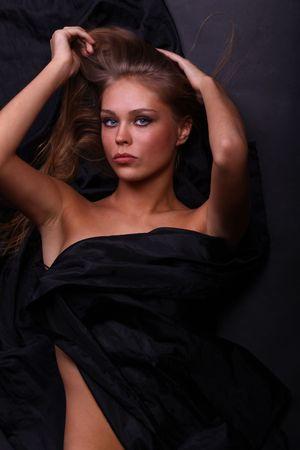 femmes nues sexy: belle femme se trouve sur le noir, la vue de dessus  Banque d'images