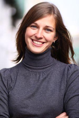 happy young: Retrato de detalle de una mujer joven feliz